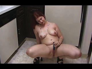 mollige Mädchenstreifen in der Küche