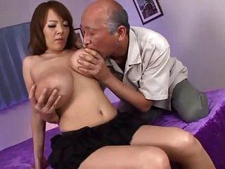 Sie liebt alte Jungs, die ihre großen Titten saugen