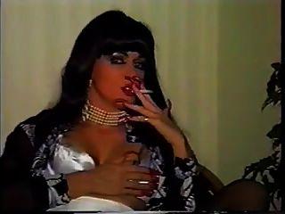 Dame, die lange Nägel raucht