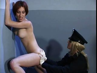 lesbischer Agent, der die Löcher des Gefangenen untersucht