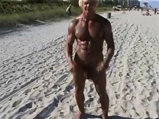 70 Jahre alten Bodybuilder auf FKK-Strand