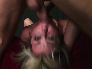 kurzes Haar Babe in Deepthroat und harte Knebeln Aktion