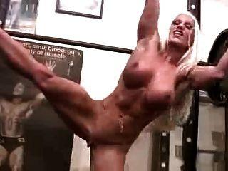 sexy Muskel Frau in der Turnhalle