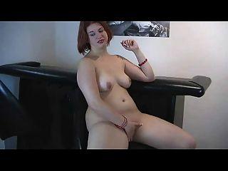 geile mollige redhead ex Freundin spielt mit nassen Pussy