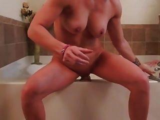 Hausfrau masturbiert mit riesigem Dildo