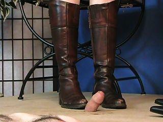 mit verbundenen Augen drückt Hahn mit Stiefeln ...