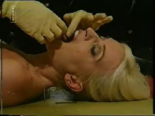 blonde wird von 2 coppers getan
