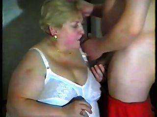 Oma mag Milch im Mund und Titten