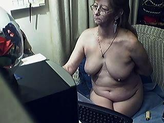 schöne Oma mit Brille 8