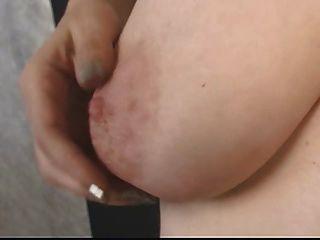 reife Brünette streift ihr Höschen, um ihre Muschi zu enthüllen