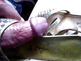 Sperma auf goldenen High Heel Schuhe