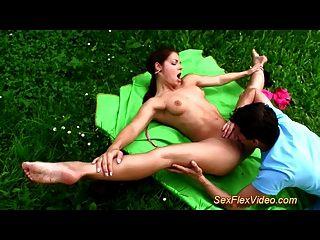 flexible Gymnastin Teenie liebt Kamasutra Sex in der Natur