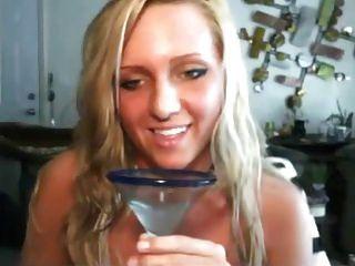 Freches Mädchen mag ihren eigenen Saft trinken