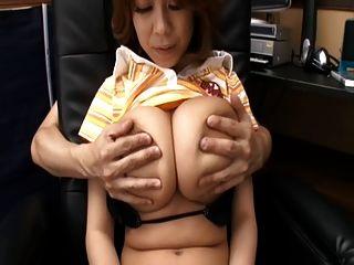 Rin Kajika macht einen Kerl Sperma zwischen ihren Titten