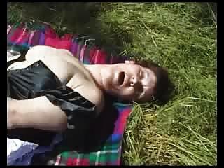 Geile britische reifen im Freien mit Gurke