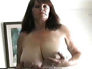 reife Milf mit großen Titten reiben ihre Muschi