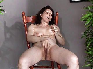 reifen mit kleinen Saggy Titten macht sich Sperma und spritzen