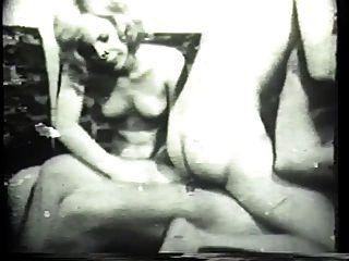 Kinky brunet deepthroats ein dicker weißer Hahn in klassischem Porno