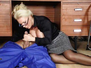 geile blonde Sekretärin saugt Workmans großen Spunking Hahn