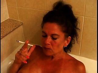 Hot Busty reifen Cougar Rauchen 120s in Wanne