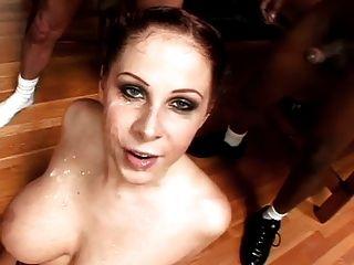 heiße busty Schlampe nimmt viel Sperma auf Gesicht