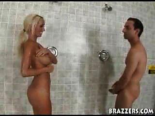 Blondine in der Dusche