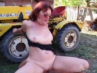 Redhead Oma in den Hinterhof gefickt