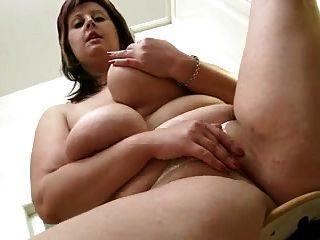 Chubby Mom zeigt ihren Körper in der Küche