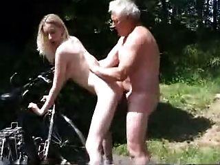 Junge Biker bitten um Hilfe für den alten Mann
