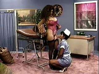 busty Krankenschwester gibt ihr busty Patient einen Check up (klassisch)