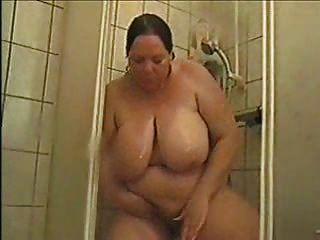 Deutsch bbw astrid duscht und reibt Pussy