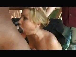böse Frau fickt Pool-Kerl vor dem Mann 1