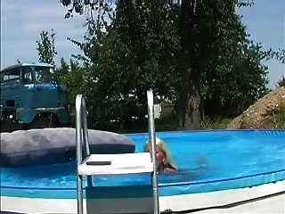 deutsche blonde spritzt am pool