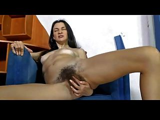 eliza kümmert sich um ihre fabelhafte Pussy