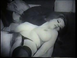 Eine natürliche und schöne Brünette mit großen Titten posiert für die Kamera