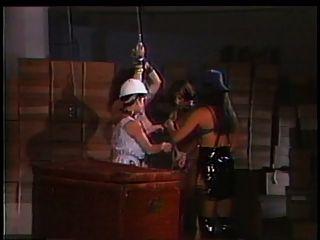 2 Mätressen spielen mit einem großen Titten Sklave