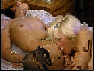 Blondine und Brünette Arsch gefickt dann teilen Schluck von Sperma