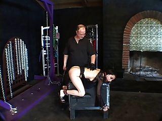 hottie brunette, gebeugt, gebunden und geknebelt für eine spanking session