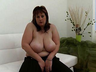 Chubby Mädchen mit enormen Titten in masturbieren Aktion