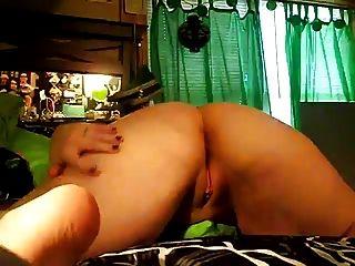 geiles molliges Mädchen zeigt ihren Arsch