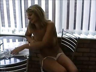 heiße milf im Bikini spielen mit Titten \u0026 Pussy