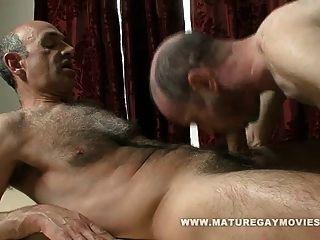 Papa bekommt eine Massage und ein Fick