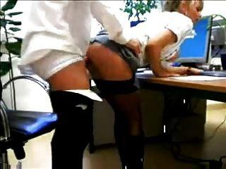 heiße blonde Sekretärin in Stiefeln gefickt