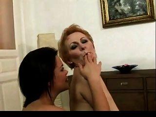 Junges Mädchen leckt haarige reife Pussy bvr