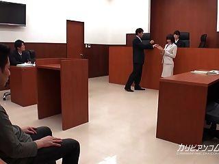 asiatischer Rechtsanwalt, der im Gericht die Arbeit leisten muss