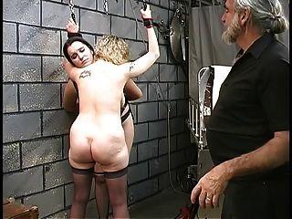 zwei süße Keller bdsm Lesben machen aus und werden von Master len