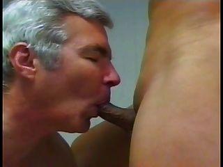 Der alte Mann schiebt die Finger in heiße Shemales Arschloch und saugt ihren Schwanz