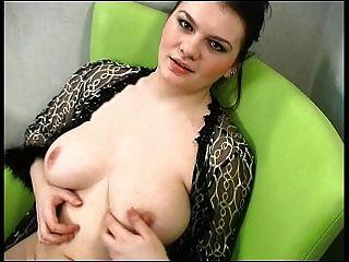 sexy Chubby Brünette zeigt ihren Körper
