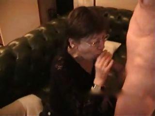 ältere Frau erhält Sperma auf Gesicht und Brust