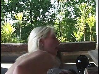 gebleicht blonde Babe bekommt auf die Knie und saugt dicken schwarzen Schwanz dann fickt